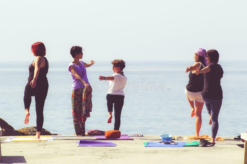 在海滩的瑜伽训练 图库摄影