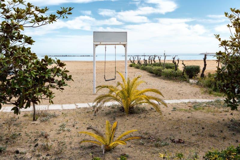 在海滩的白色摇摆 图库摄影