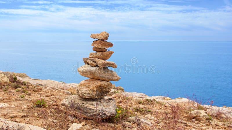 在海滩的禅宗石头完善的凝思的 库存照片