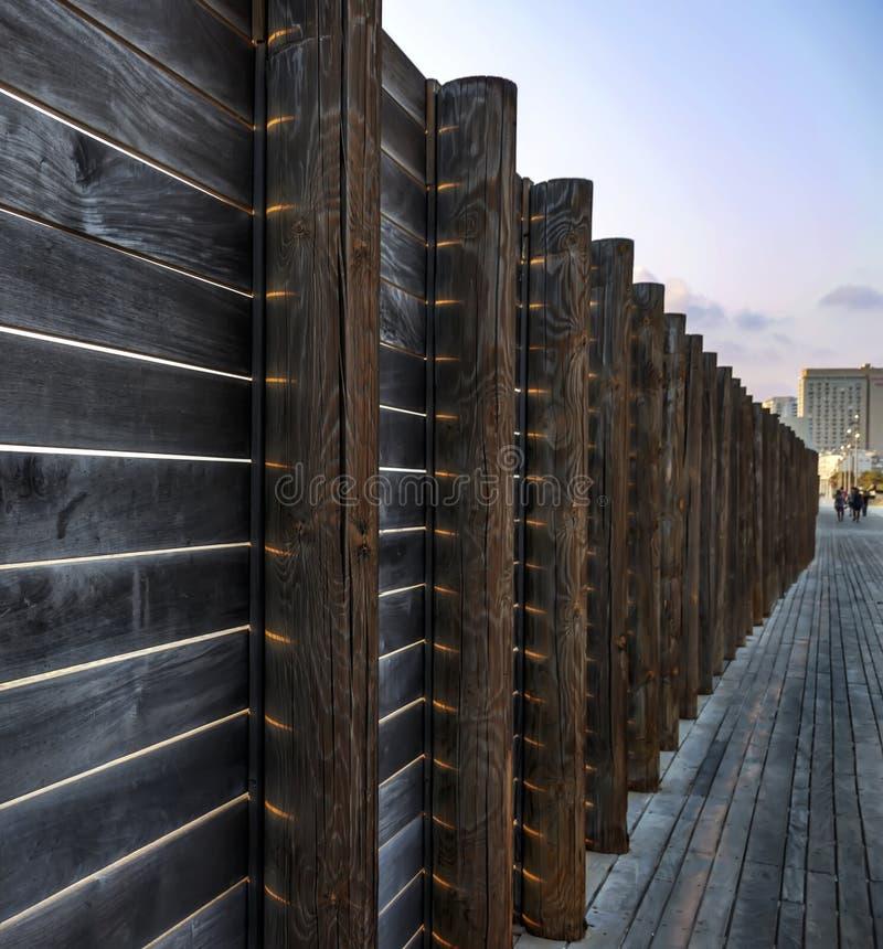 在海滩的篱芭从有太阳的木板发出光线 图库摄影