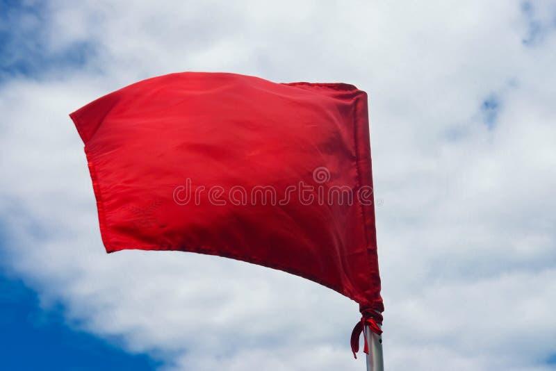 在海滩的红色警告旗子 库存图片