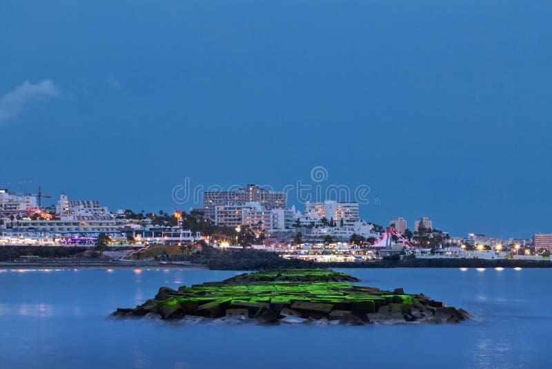 在海滩的美好的夜场面 免版税库存照片