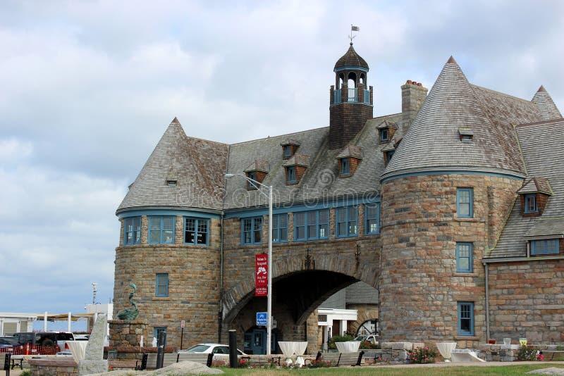 在海滩的美好的天与蓝天、云层和美好的石结构在路, Narragansett,罗德岛州 库存图片