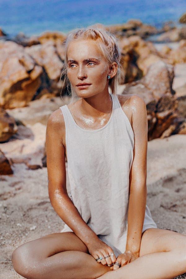 在海滩的美好的年轻时装模特儿 boho模型接近的画象与闪耀的boho辅助部件的 库存照片