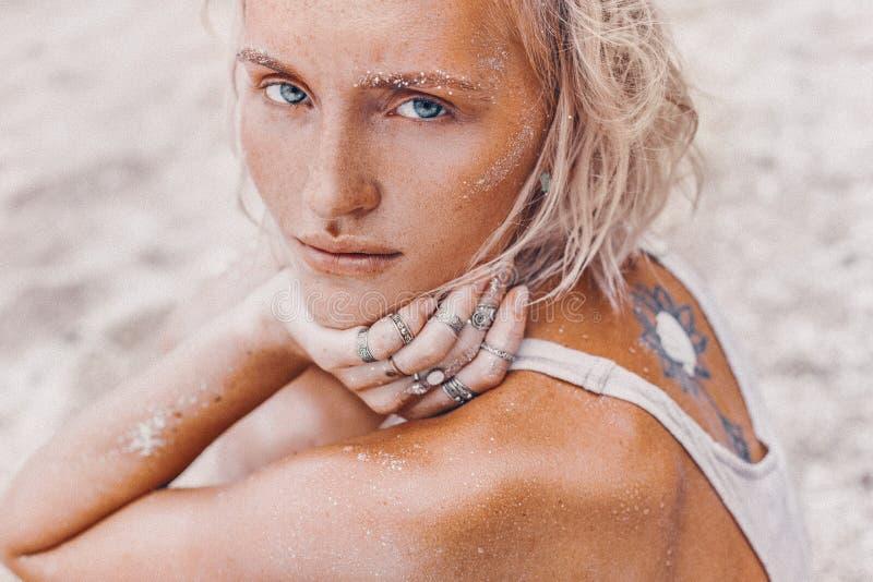 在海滩的美好的年轻时装模特儿 boho模型接近的画象  库存图片