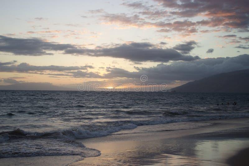 在海滩的美好的日落在毛伊,夏威夷 免版税库存图片