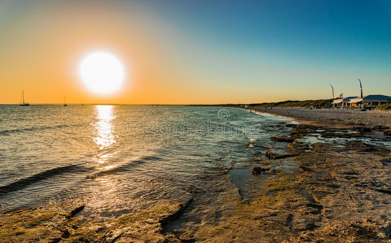在海滩的美好的日落 免版税库存照片
