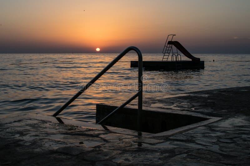 在海滩的美好的海洋日落 免版税库存图片