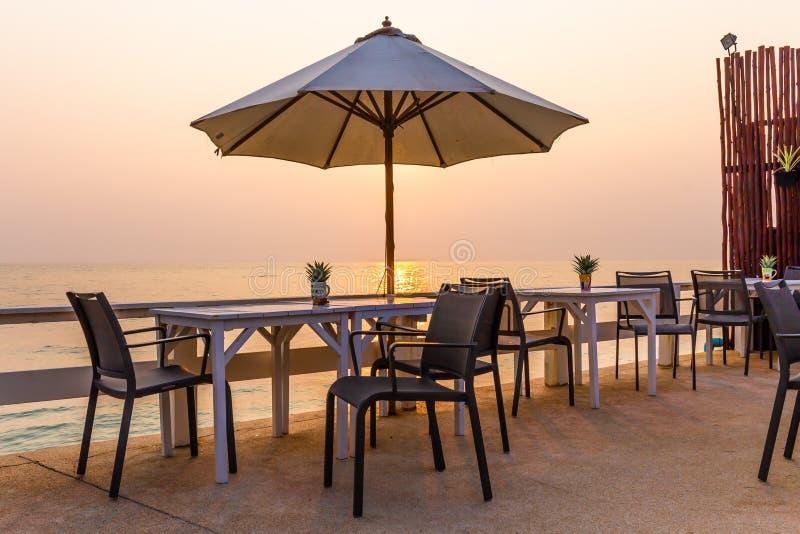 在海滩的美好的饭桌设置 库存照片