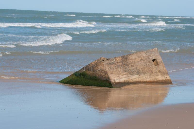 在海滩的老地堡 免版税库存照片