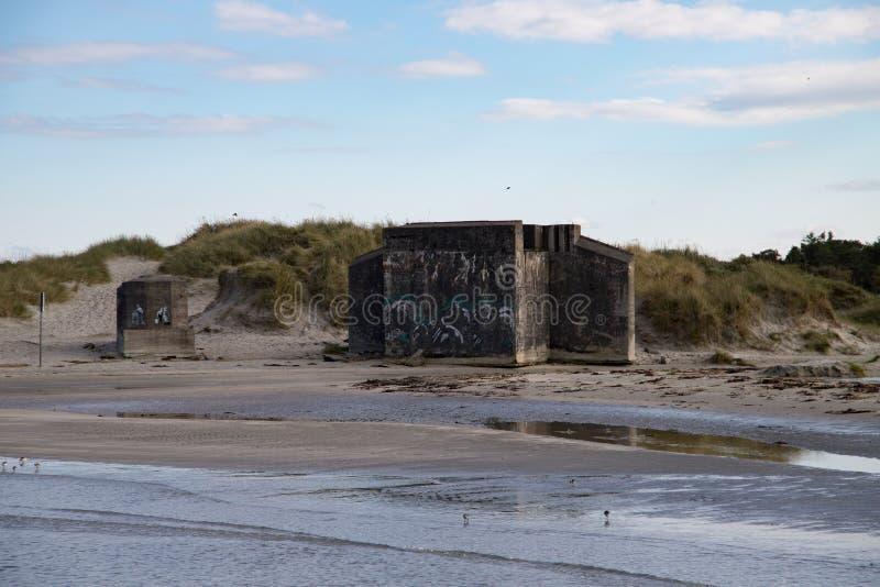 在海滩的老地堡 图库摄影