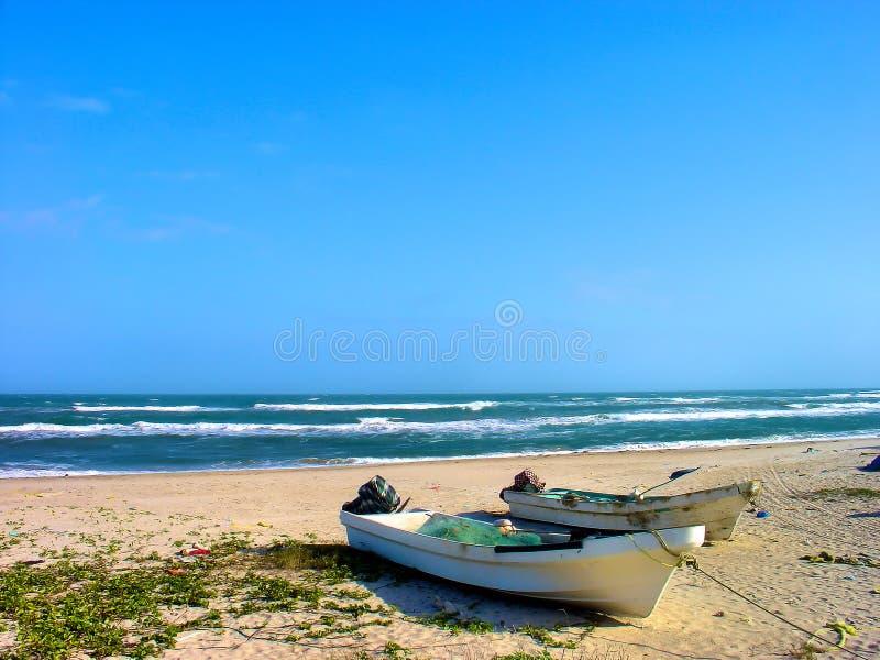 在海滩的老墨西哥渔船 库存照片