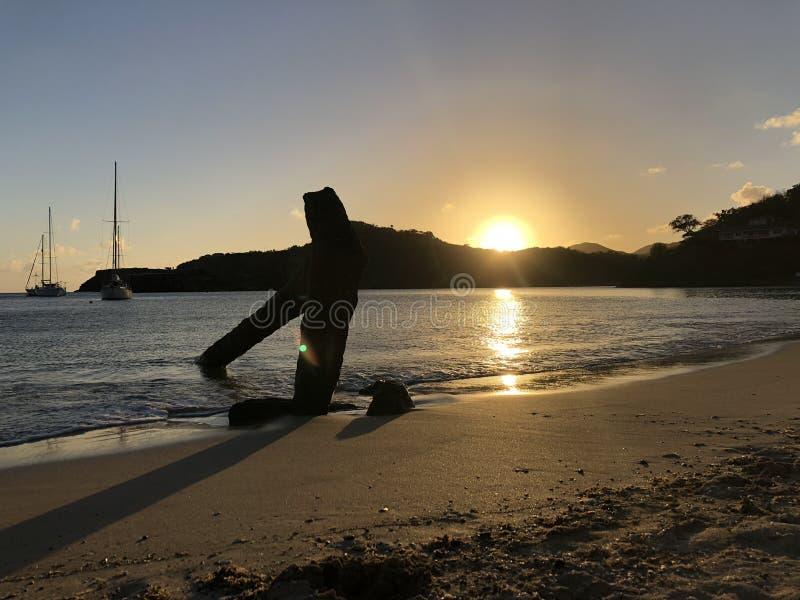 在海滩的船锚与日落 库存照片