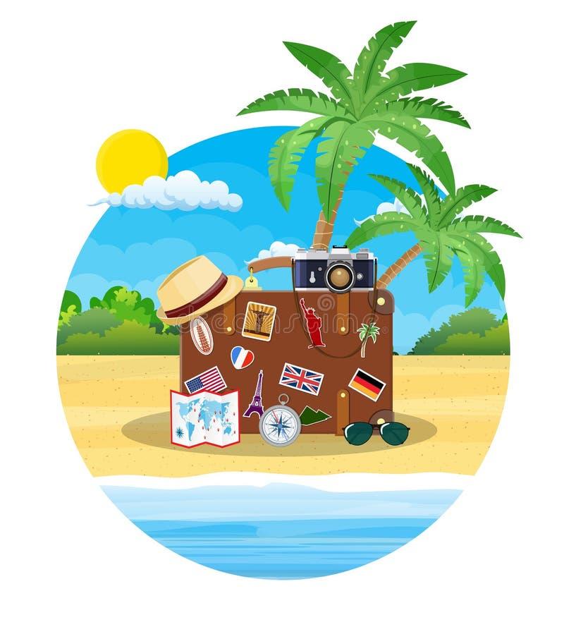 在海滩的葡萄酒老旅行手提箱 向量例证