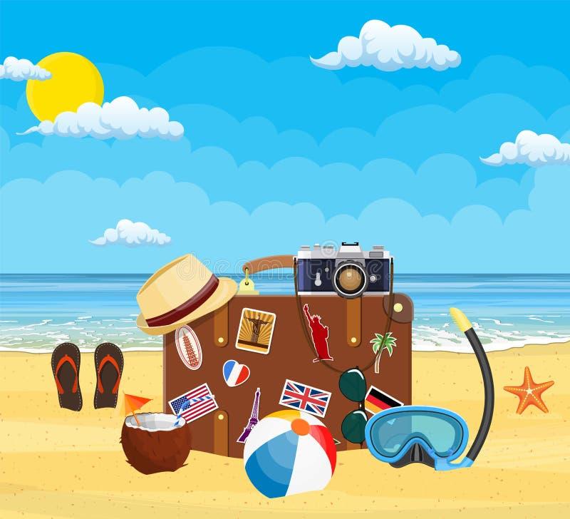 在海滩的葡萄酒老旅行手提箱 皇族释放例证