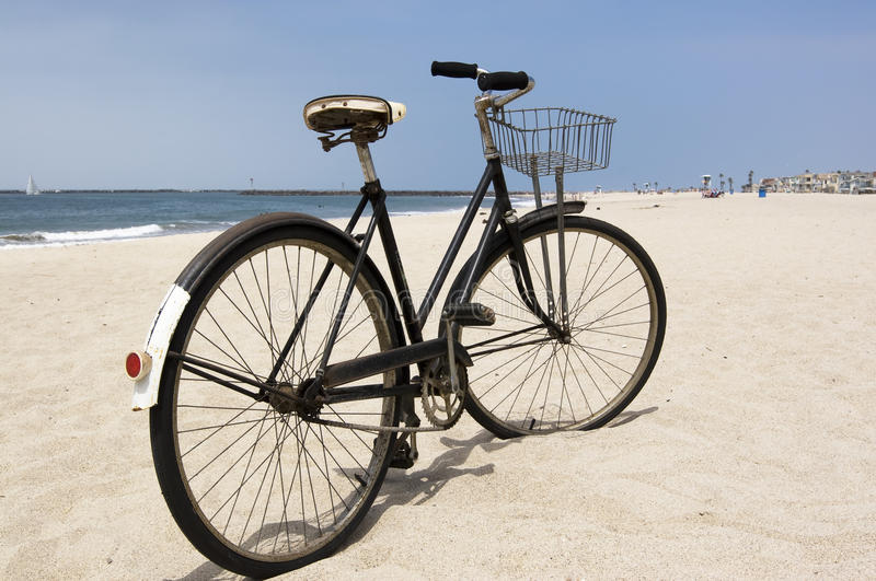 在海滩的葡萄酒自行车 库存图片