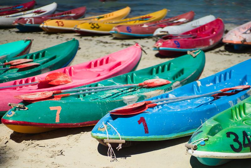 在海滩的许多五颜六色的老独木舟皮船在Nang兰姆酒海滩,梭桃邑,春武里市,泰国 图库摄影