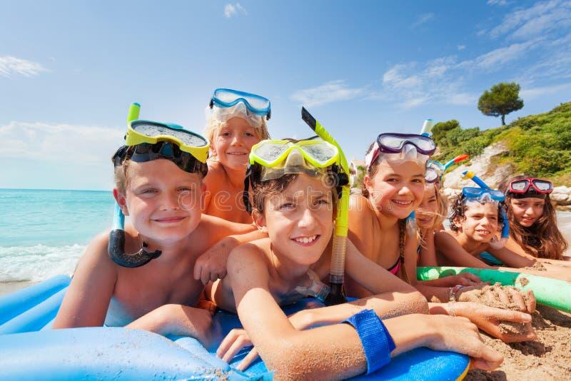在海滩的许多孩子暑假 库存图片