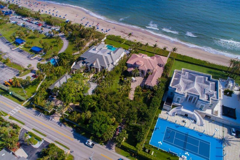 在海滩的豪华佛罗里达豪宅 免版税库存照片