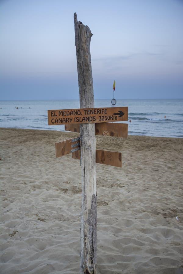 在海滩的路标 库存图片