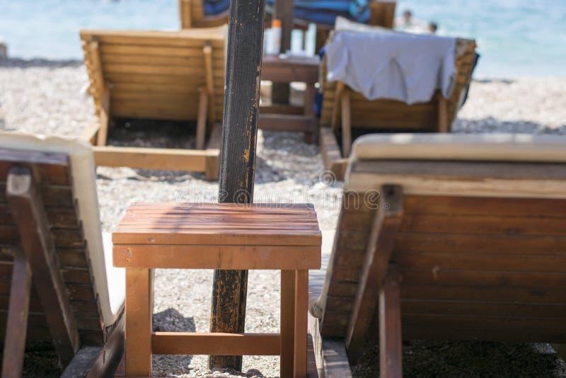 在海滩的躺椅, 免版税库存照片