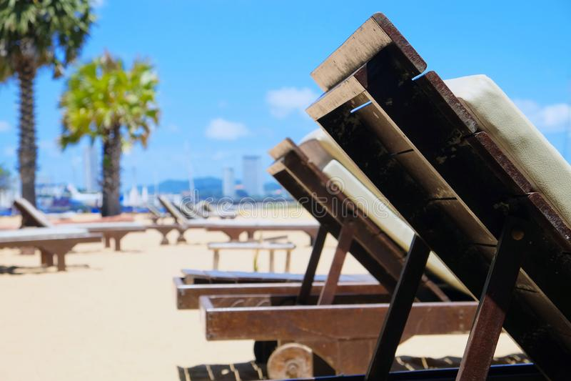 在海滩的躺椅 免版税库存照片