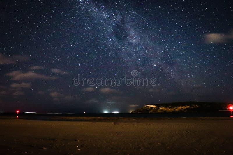 在海滩的银河星系 免版税库存照片