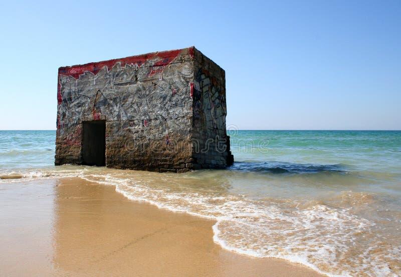 在海滩的防空洞 免版税图库摄影