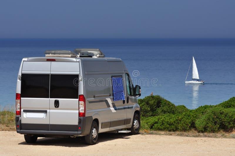 在海滩的露营者货车 免版税图库摄影