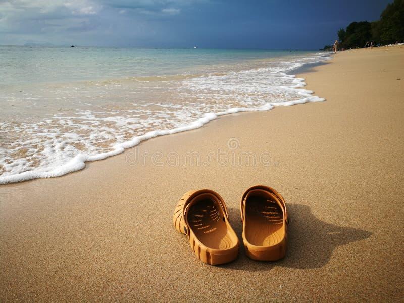 在海滩的鞋子在朗塔海岛,甲米府,泰国2019年 免版税库存图片
