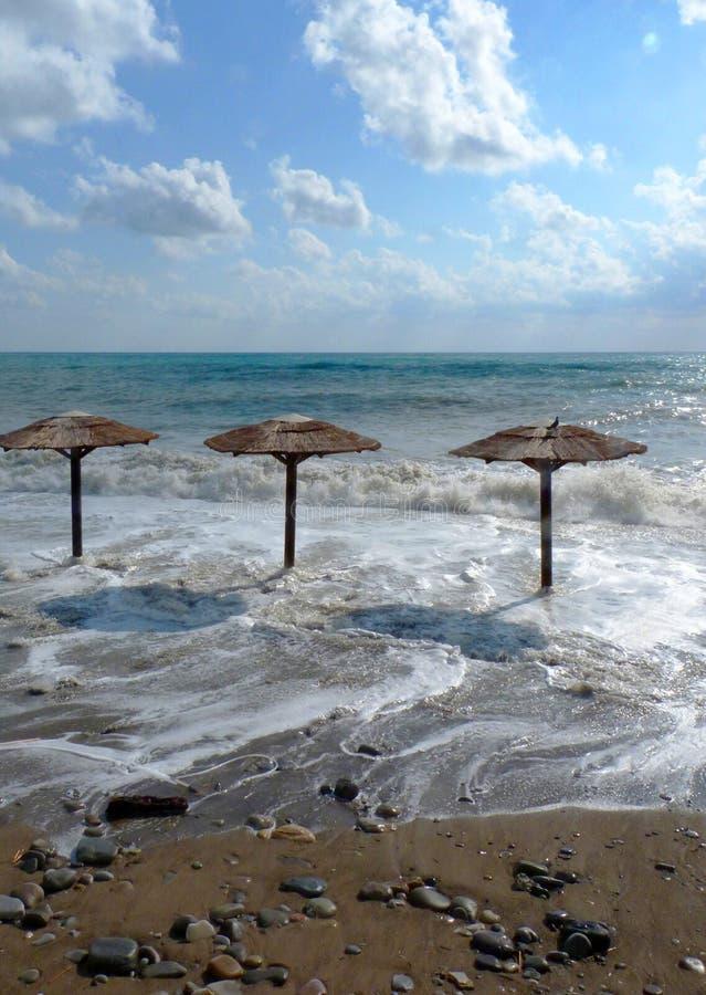 在海滩的风暴 美丽的天空、云彩和海 免版税库存图片