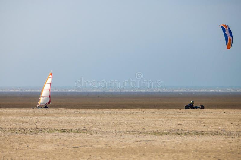 在海滩的风筝儿童车 图库摄影