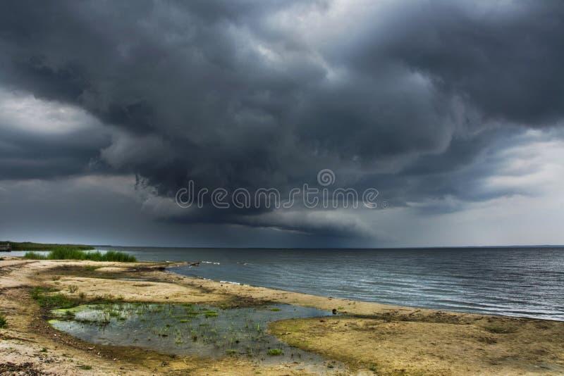 在海滩的风雨如磐的云彩,海 库存图片