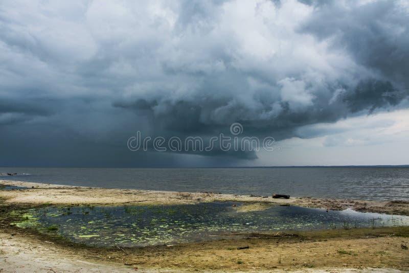 在海滩的风雨如磐的云彩,海 免版税库存图片