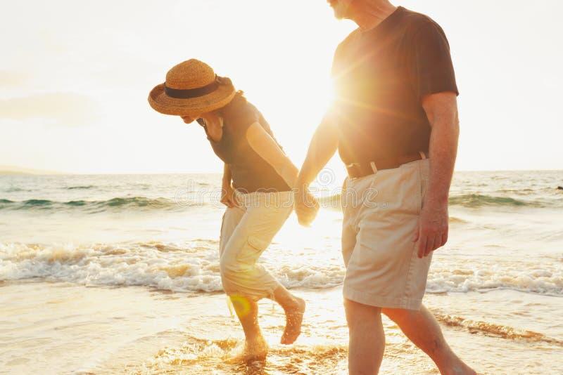 在海滩的高级夫妇 免版税库存照片