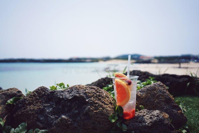 在海滩的鸡尾酒 免版税图库摄影