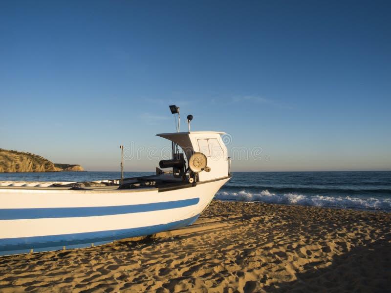 在海滩的Fishingboat 库存照片