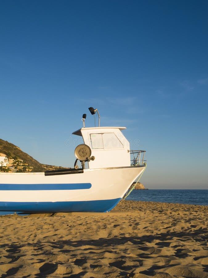 在海滩的Fishingboat 库存图片