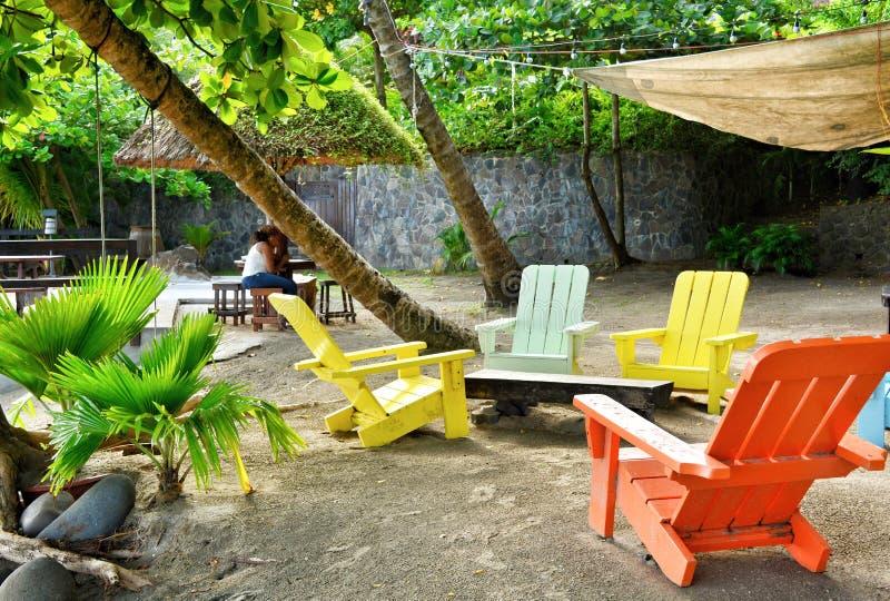在海滩酒吧的五颜六色的海滩睡椅 加勒比酒吧 免版税库存照片