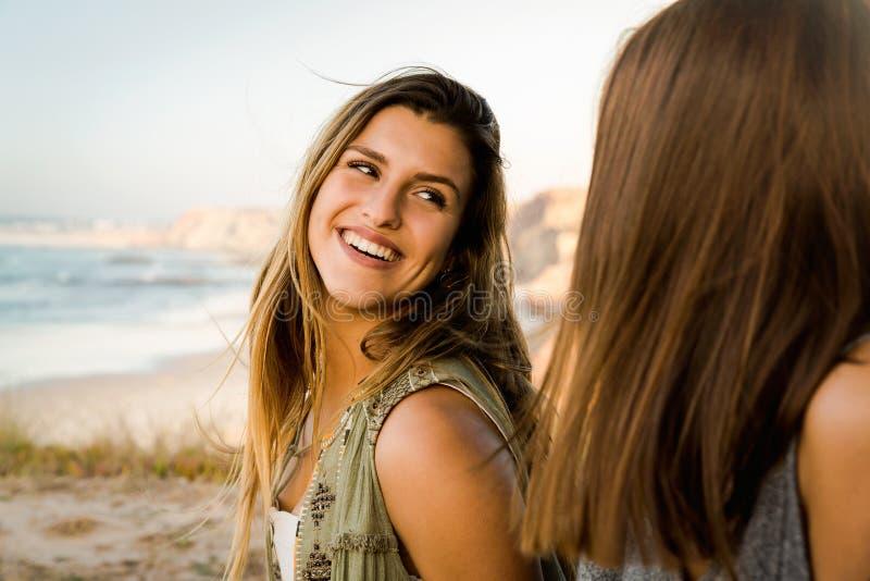 在海滩附近的女孩 图库摄影