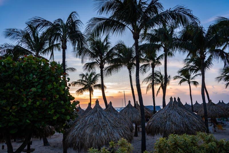 在海滩附近的美好的日落在阿鲁巴` s西海岸游人目的地 免版税库存图片