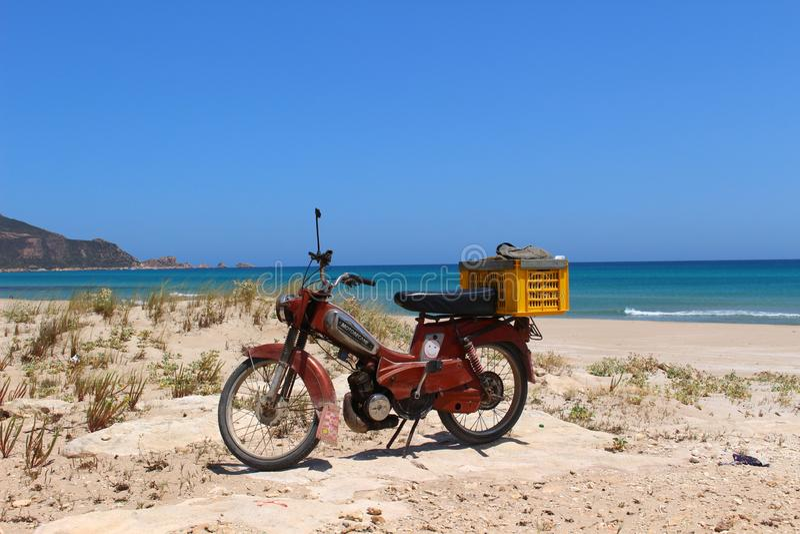在海滩附近的Motorbiking在盖帽好的妙语,突尼斯 库存照片