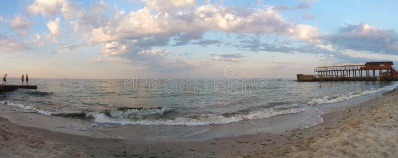 在海滩黑海傲德萨乌克兰全景2019年6月的多云海浪 库存图片