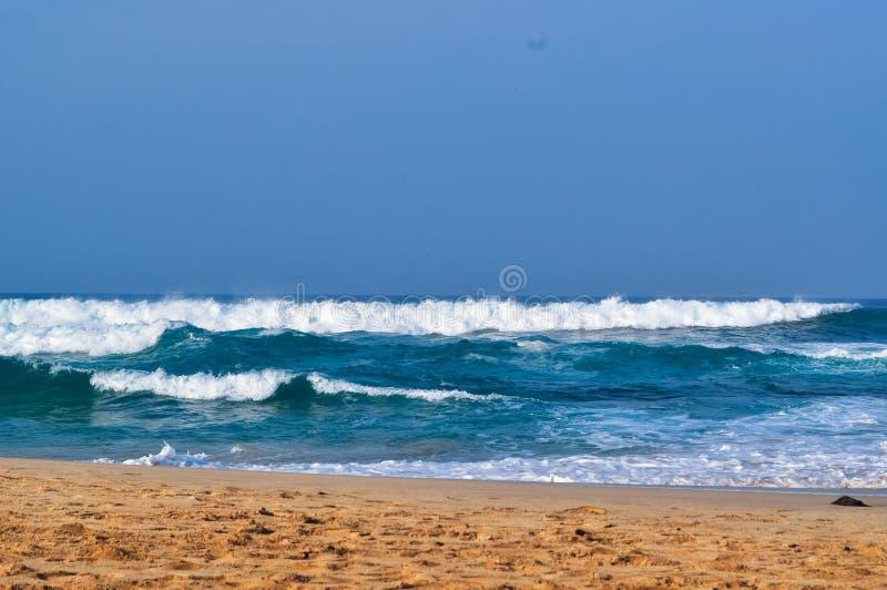 在海滩01的美丽的波浪 免版税库存照片