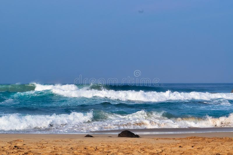 在海滩02的美丽的波浪 免版税库存照片