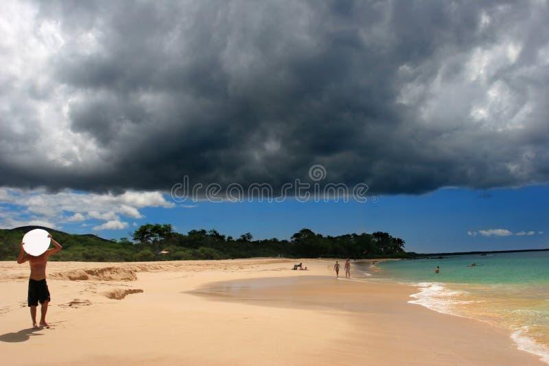 在海滩makena邪恶的风暴之上 库存图片