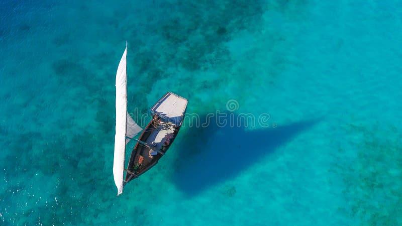 在海热带气候传统单桅三角帆船桑给巴尔小船的白色风船 免版税库存图片
