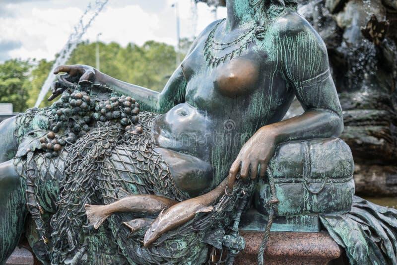 在海王星喷泉的女性雕塑/妇女雕象在柏林 免版税库存照片