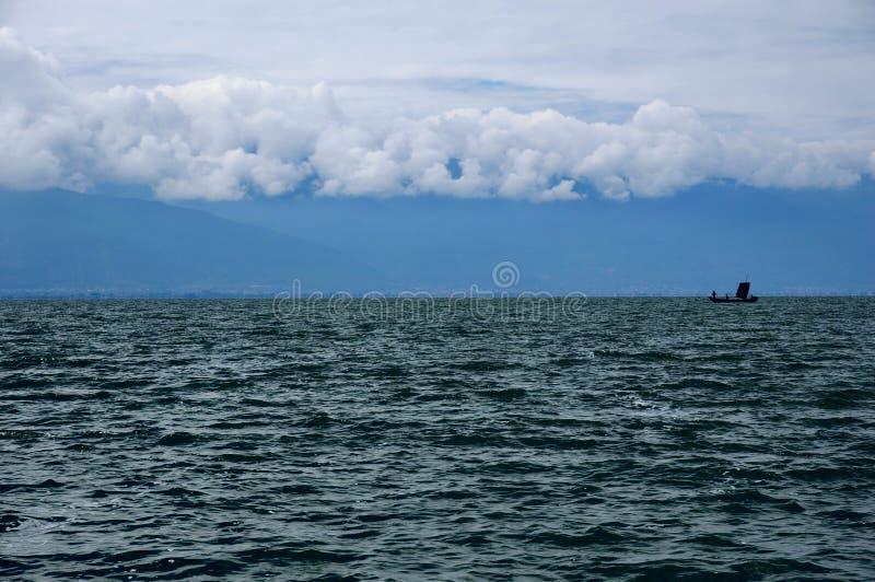 在海的一条小船 免版税库存图片