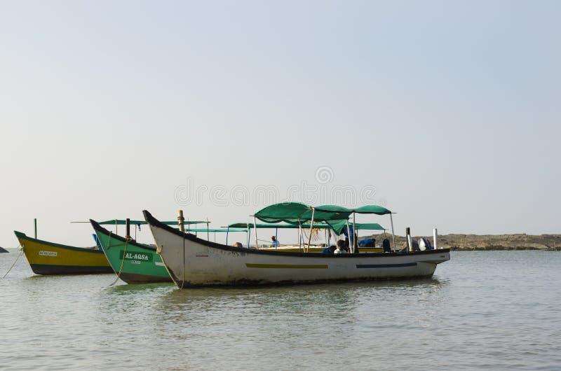 在海的三条小船 库存照片